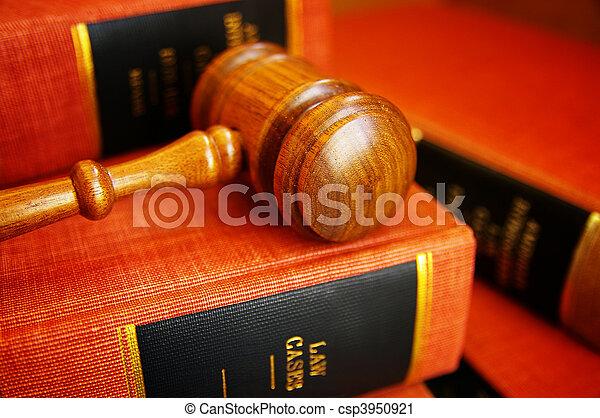 Los jueces cedieron en un montón de libros de leyes - csp3950921