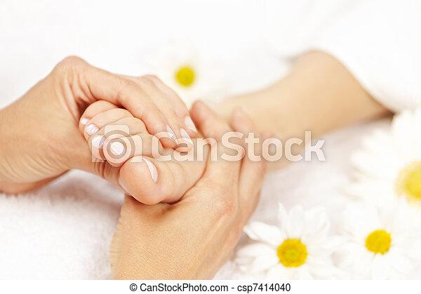 Un masaje en los pies - csp7414040