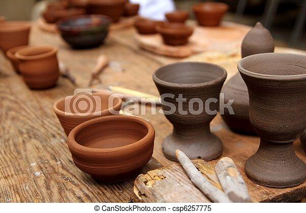 Material de alfarería de arcilla en la mesa de la cosecha - csp6257775