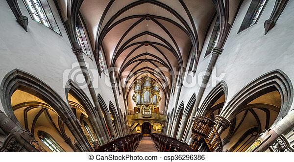 Vista interior panorámica de la iglesia medieval en Ribeauville, Alsacia, Francia - csp36296386