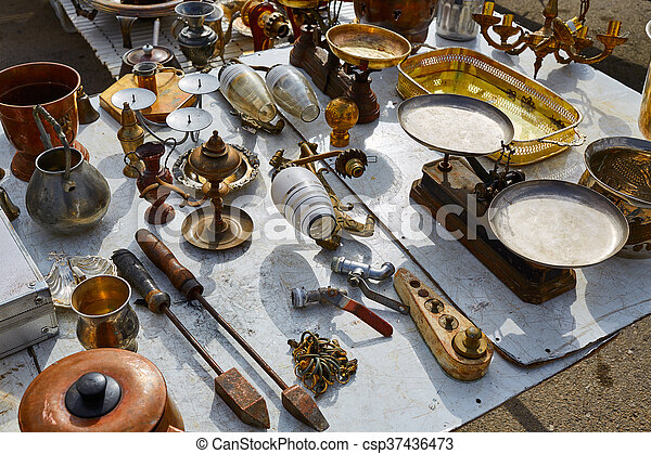 Mercado de antigüedades al aire libre en España - csp37436473