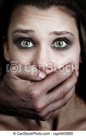 Miedo a la mujer víctima de violencia doméstica - csp4403880