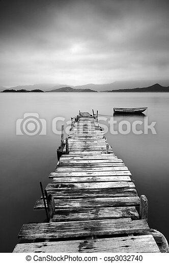 Mirando un muelle desolado y un barco, blanco y negro - csp3032740