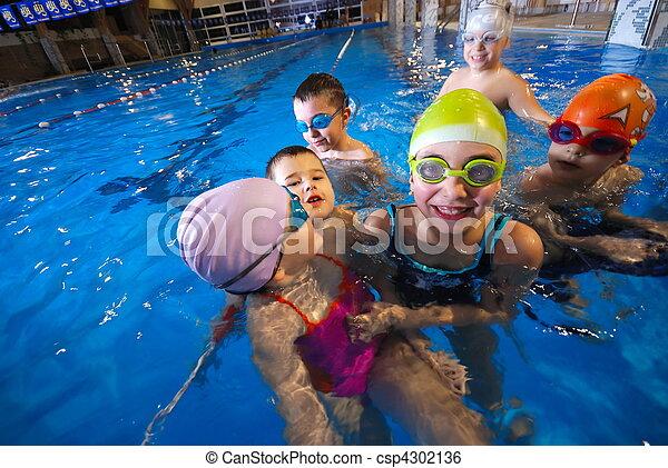 Momentos felices en la piscina con niños llorones - csp4302136