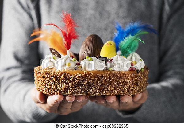 Mona de pascua, pastel de Pascua comido en España - csp68382365