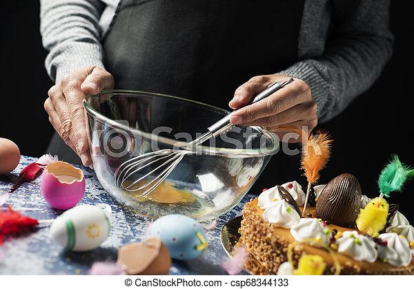 Preparando una Mona de Pascua, un pastel de Pascua español - csp68344133