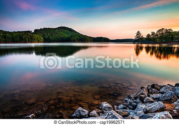 Lago allatoona en el parque estatal de la montaña roja al norte de Atlanta al amanecer - csp19962571