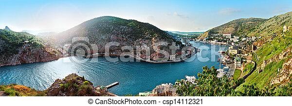 Un paisaje marino con cielo azul y hierba verde - csp14112321