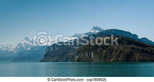 Montañas en el lago Lucern - csp1809625