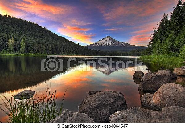 Al atardecer en el lago de trillium con la capucha montada - csp4064547