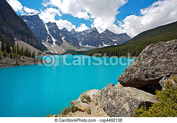 Lago Moraine en parque nacional - csp4492138