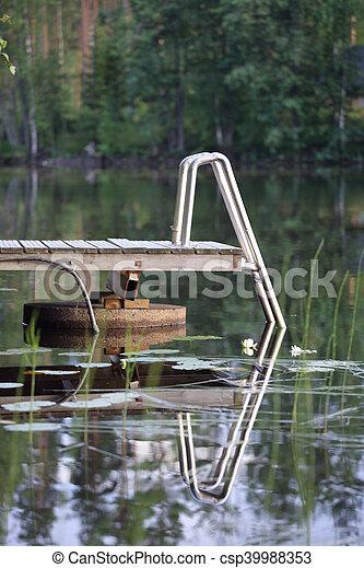 Muelle de madera en el lago - csp39988353