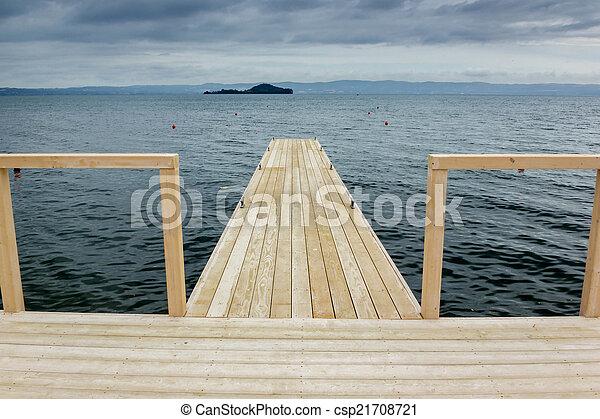 Muelle en el lago - csp21708721