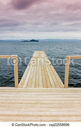 Muelle en el lago - csp22558696