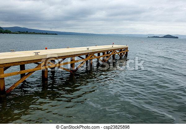 Muelle en el lago - csp23825898
