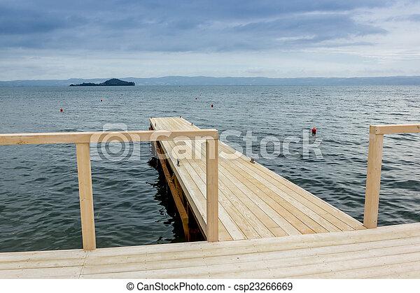 Muelle en el lago - csp23266669