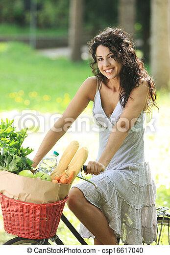 Mujer en bicicleta - csp16617040