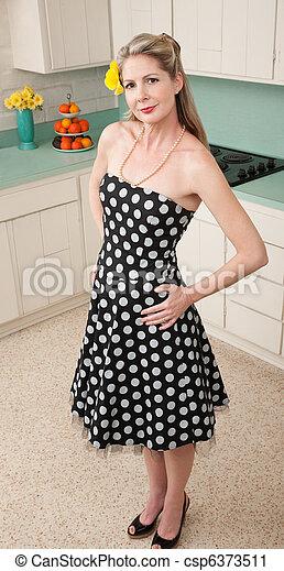 Hermosa mujer en la cocina - csp6373511