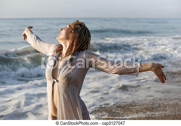 Mujer con el pelo mojado - csp3127047