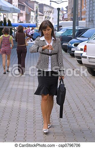 Mujer de negocios apurada - csp0796706