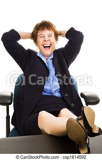 Mujer de negocios en el escritorio - riendo - csp1614592