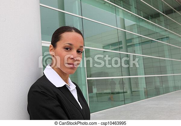 Mujer de negocios fuera de la oficina - csp10463995
