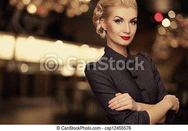 Retro mujer sobre antecedentes borrosos - csp12455576