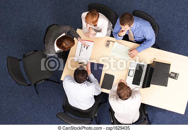Mujer de negocios haciendo presentaciones a grupo de gente - csp1629435