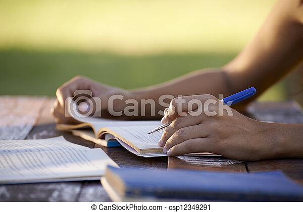 Los jóvenes y la educación, las mujeres estudiando para el examen universitario - csp12349291