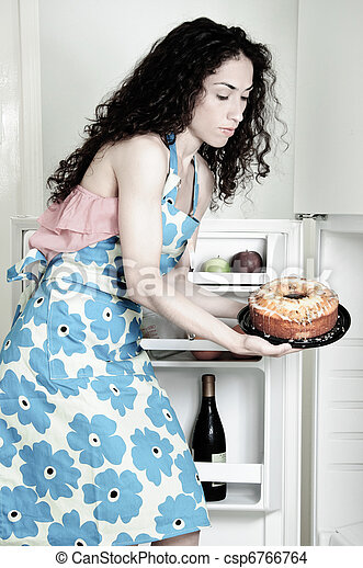 Mujer cocinando en la cocina - csp6766764