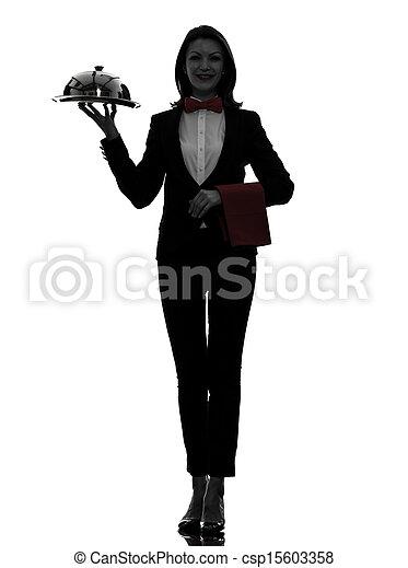 Mujer mesera sirviendo silueta - csp15603358