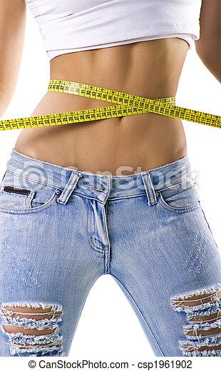 Mujer midiendo su pequeña cintura - csp1961902