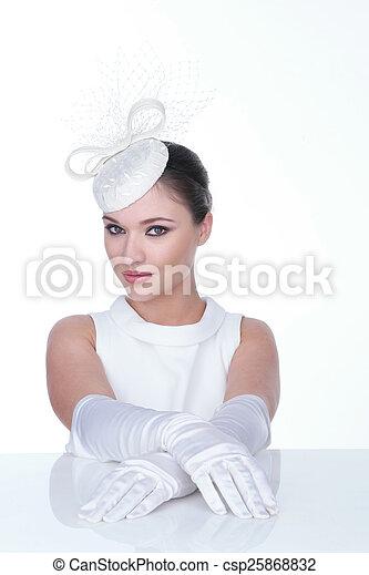 Mujer misteriosa con elegante sombrero blanco y brillo - csp25868832