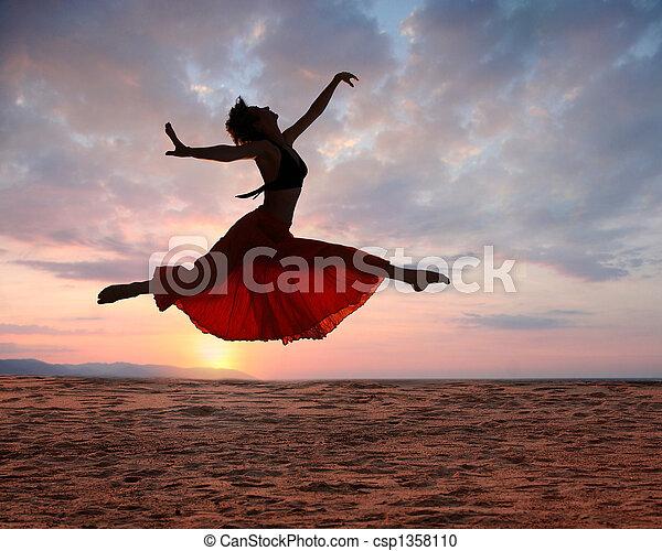 Mujer saltarina al atardecer - csp1358110
