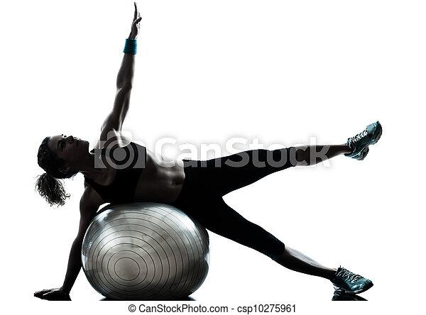 La mujer ejercitando el ejercicio de la pelota - csp10275961