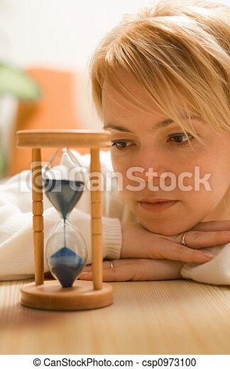 Mujer pensando y esperando - csp0973100