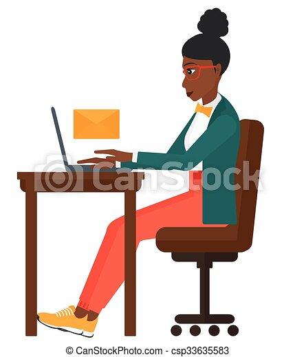 Mujer recibiendo correo electrónico. - csp33635583
