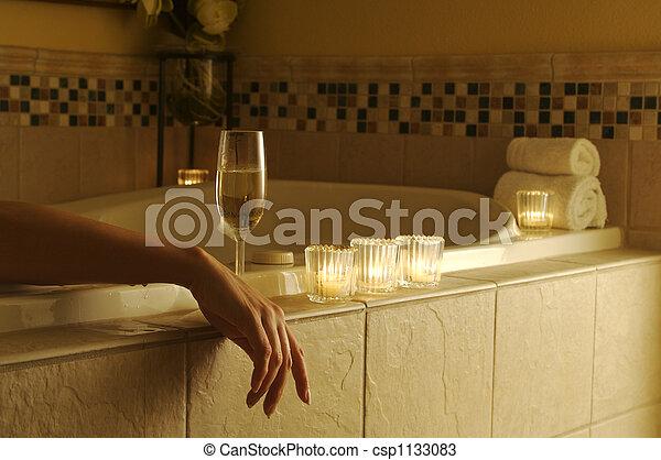 Mujer relajada en baño - csp1133083