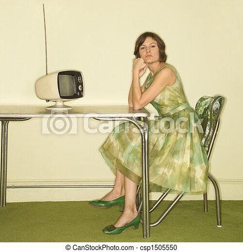 Mujer en la cocina retro. - csp1505550