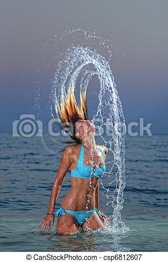 Mujer salpicando en agua tropical - csp6812607