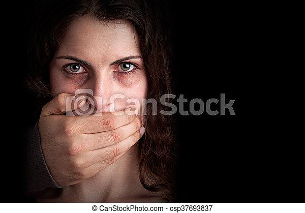 Mujer silenciada por marido agresivo - csp37693837
