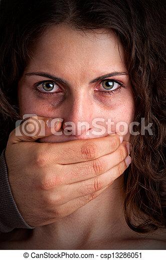 Mujer silenciada por marido agresivo - csp13286051
