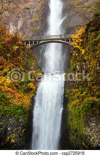 Waterfall - multnomah cae en Oregón - csp2725918
