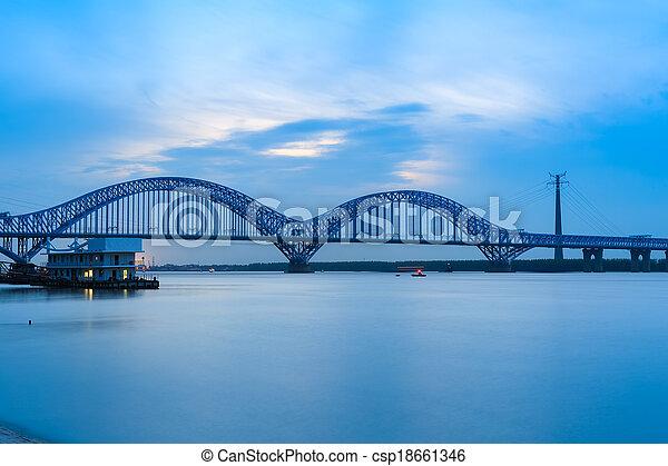 El puente del río Nanjing yangtze al atardecer - csp18661346