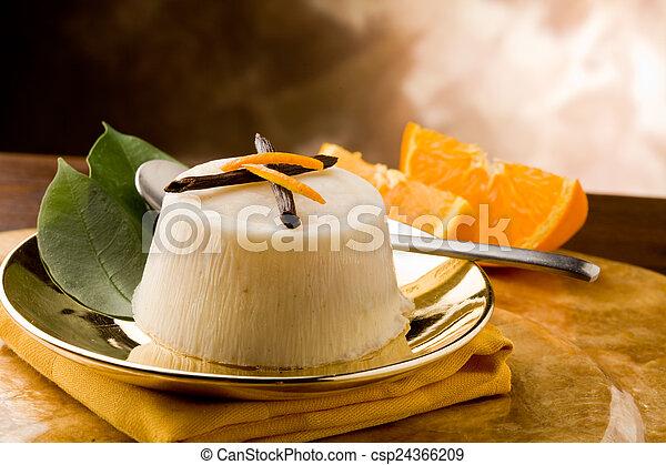 Pudín de naranja de vainilla - csp24366209