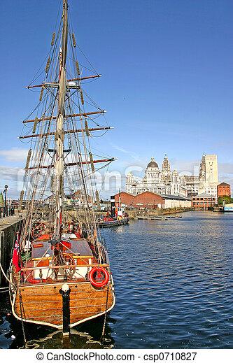 Naves de Liverpool en el muelle - csp0710827