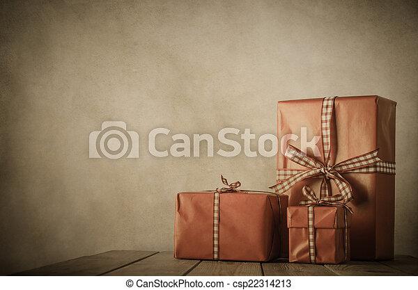 Navidades antiguas - regalos en la mesa - csp22314213