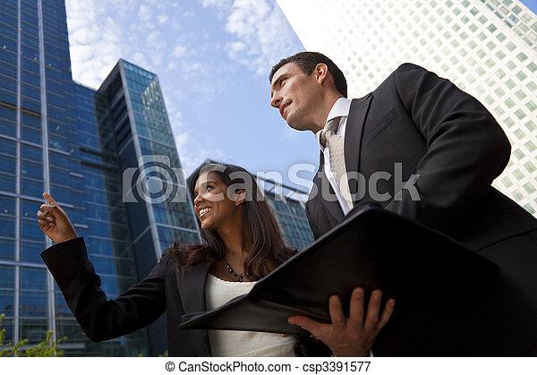 Un equipo interracial de hombres y mujeres en la ciudad moderna - csp3391577