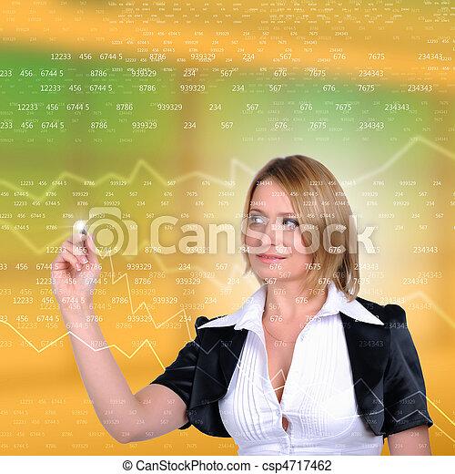 Trabajadora dibujando gráficos de colores - csp4717462