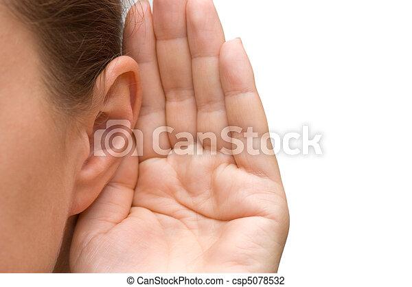 Una chica escuchando con la mano en la oreja - csp5078532
